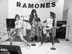 Empresário dos Ramones lança livro com fotos raras da banda http://glamurama.uol.com.br/empresario-dos-ramones-lanca-livro-com-fotos-raras-da-banda/