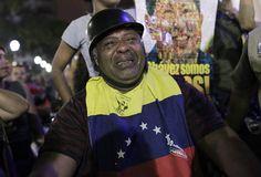 Un hombre llora desconsoladamente en la Plaza Bolívar de Caracas.  Especial informativo: http://www.rtve.es/noticias/muere-hugo-chavez/
