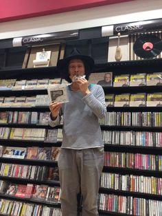 2016.04.28 【Schroeder-Headz 渡辺シュンスケさん】 どら焼きを食すシュンスケさん。 直筆サインも書いて頂きました! 展開場所に展示させていただいております! ありがとうございます! 皆様、見に、聴きにいらして下さーい!