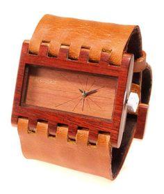 Reloj de pulso en madera, Mujer, marca Maguaco RM003. Maderas: Carreto Guajiro y Palo Sangre Brasil. $170.000 COP