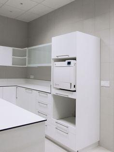 Sala de esterilización con muebles altos y columna aparatología. #mediss #medissmobiliario #esterilizacion #clinicasdentales #mobiliariodental #mobiliarioclinico