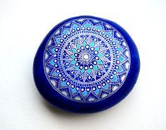 Hand Painted Stone Mandala por ISassiDellAdriatico en Etsy
