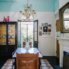 sample antique dining room layout with fireplace - Jolts of Color Restart an Old New Orleans Home New Orleans Decor, New Orleans Homes, Dining Room Paint Colors, Bedroom Colors, French Country Bedrooms, French Country House, Antique Dining Rooms, Blue Ceilings, Inspired Homes