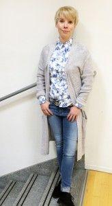 How to wear #LONGCARDIGANS: silbergrauer Longcardigan mit Bindegürtel: Liebeskind - Carolin trägt dazu: Jeans: Boss Orange - Stretchbluse mit Blumenprint: Gant - Gürtel: Vanzetti #fashion #stylingtutorial