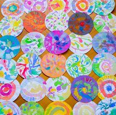 """A festés az egyik olyan elfoglaltságunk, ami töretlen népszerűségnek örvend. T is nagyon szereti, bár eleinte gyakran elvonta a figyelmét a víz, és az ecset varázsa, mostanában egyre többször pepecsel azzal, hogy a festékek papírra kerüljenek. Az elmúlt hetekben elkészült """"műveket"""" együtt elnézve már látom is lelki szemeimmel a függődíszt, amit készíteni fogunk belőlük. #salátacentrifuga #fest #DiY #gyerek #alkotás #ecset #festék #kreatív"""
