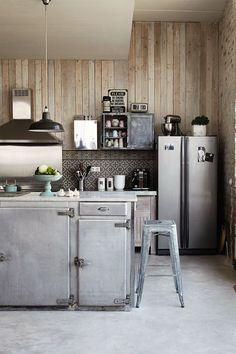 Lors de la création d'une cuisine dans un ancien bâtiment industriel du nord de la France, il a semblé naturel de faire référence à ses racines. C'est BO Architectures qui s'est occupé de la conceptio