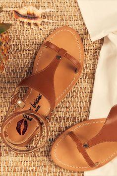 Voilà le genre de sandales capable de nous faire tourner les talons devant nos escarpins. Plates, mais avec un jeu de brides sexy, elles dessinent sur la courbure du pied des motifs caligraphiés qui entourent fermement la cheville. Du soulier sensuel, comme Carrie Bradshaw les aime. À choisir dans sa teinte naturelle pour un effet contrastant ou fondu sur peau. Juste comme il faut. Carrie Bradshaw, Boho Fashion, Fashion Shoes, Womens Fashion, Aesthetic Fashion, Mode Style, Short Outfits, Summer Shoes, Casual Chic