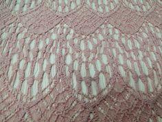 RENDA GUIPIR GATSBY SGKT 518 (Pó). Renda Guipir bordada com motivos florais, com leve gramatura, ótimo caimento. Ideal para modelagens de peças mais amplas e fluidas. Sugestão para confeccionar: Vestidos, saias, detalhamento de peças, entre outros.