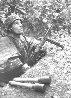 Paracaidista alemán en Normandía, 1944.