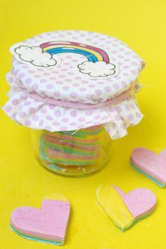 DIY Knetseife kannst du mit nur 3 Zutaten selber machen und als günstiges DIY Geschenk an deine Lieben verschenken. Klick hier für das gesamte DIY Tutorial!