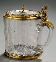 CHOPE EN CRISTAL Cristal gravé et bronze doré H: 14.5 cm - l: 15 cm - D: 10.5 cm Allemagne - XVIIème siècle Parfait état Gobelet caractéristique des pays germaniques, la chope est associée à la bière.… - Aguttes - 24/05/2013