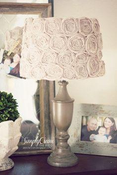 lampara con flores faciles Lámpara decorada con flores de tela