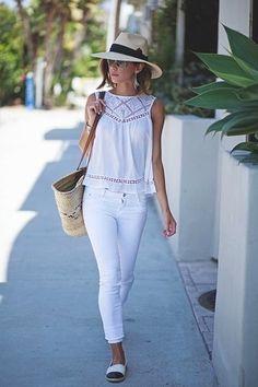 Weißes Ärmelloses Oberteil aus Häkel, Weiße Enge Jeans, Weiße und schwarze Espadrilles, Hellbeige Shopper Tasche aus Stroh für Damen