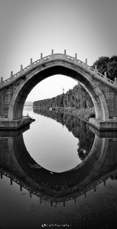 The reflection and shape of the bridge is incredible, and the way it frames the tree line is really cool - black and white photography. Shape Photography, Reflection Photography, Photography Tips, Tree Photography, Creative Photography, Foto Nature, Water Reflections, Jolie Photo, Black And White Pictures
