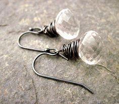 Cristal de cuarzo alambre envuelto pendientes de plata oxidada, brillantes pendientes de cristal de roca, blanco y negro pendientes, Neutral