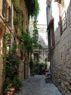 Prachtig straatje in Rhodos stad, Griekenland (beautiful street at Rodos city, Greece)