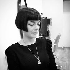 If you like short hairstyles, you will inevitably fall for the newcomer to the beauty sphere: the blunt bob. This short square, very strict, is essential as the hairstyle trend to adopt this summer. Cute Bob Haircuts, Inverted Bob Haircuts, Bob Haircut With Bangs, Haircuts For Men, Cut Bangs, Undercut Hairstyles, Short Bob Hairstyles, Shaved Nape, Hair Dye Colors