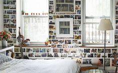 Una pared repleta de fotos