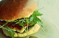 Μπορεί ένα burger χωρίς μπιφτέκι να είναι απολαυστικό ; Και όμως μπορεί !!! Δοκιμάστε το συγκεκριμένο, με μανιτάρι και χαλούμι και ίσως αναθεωρήσετε κι εσείς.  Υλικά: (για 4 μπεργκερ) 4 μεγάλα πορτομπέλο μανιτάρια 4 φέτες χαλούμι 4 ψωμάκια μπριος 1 ντομάτα ή σως κόκκινης πιπεριάς