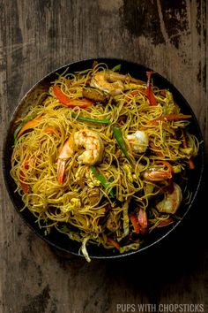 ramen noodle recipes An easy to make dry curry noodle dish (Singapore Noodle) made with stir-fried vermicelli noodles, curry powder, shrimp, strips of eggs, meat and vegetables - just like the restaurants but made in the comfort of your home! Vermicelli Recipes, Rice Vermicelli, Curry Noodles, Asian Noodles, Vietnamese Recipes, Asian Recipes, Ethnic Recipes, Chinese Bbq Pork, Chinese Food