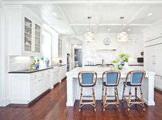 Image of: Traditional Home White Kitchens