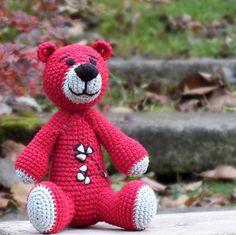 Rudoch Originální háčkovaný medvěd zšedobéžovéa sytě červené příze (55% akryl, 45% bavlna). Obličej je vyšitýčernou přízí, na bříšku má autorskoukvětinovou výšivku. Výplň pes kuličkové rouno (duté vlákno), výška sedícího medvídka je asi20 cm. Doporučuji šetrné ruční praní. Děkuji, že nekopírujete mé nápady... Tento výrobek byl ...