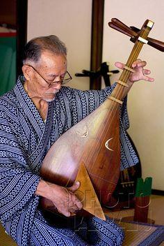 Japan - Man playing a traditional biwa lute Japanese Culture, Japanese Art, Art Japonais, Nihon, Kinds Of Music, Traditional Art, Musical Instruments, Maneki Neko, Bonsai