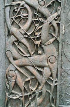 Art: The Urnes style is the last phase of Viking art. It takes its name from the remarkable carved wooden doors of the stave church at Urnes, Norway. Often used on runic stones, when the runic inscription was carried within the body of the animal. Art Viking, Viking Life, Images Viking, Ancient Art, Ancient History, Art Scandinave, Norwegian Vikings, Viking Culture, Old Norse