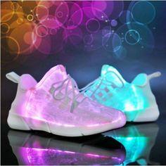 Voici le modèle Flame, le tout dernier modèle de chaussures lumineuses !  Cette paire de chaussures LED mixte et qui convient à tout âge s'adapte parfaitement à la taille de votre pied. Pas la peine de s'embêter donc, votre pointure habituelle est parfaite !