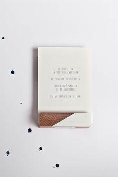 Gedichtje over geboorte.Gedrukt op een 300 grams duurzaam papiersoort met het FSC-keurmerk.  Verkrijgbaar op verschillende formaten. De ansichtkaart kan direct op de bus, de andere formaten hebben een blanco achterkant.
