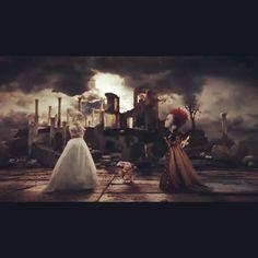 White Queen vs Red Queen  270 days until the premiere! #alicethroughthelookingglass #2016 #whitequeen #annehathaway #redqueen #helenabonhamcarter