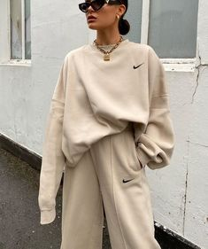 Lissy Roddy's Top Selfie Tip and Her Best Fashion Moments – Vanity Island Magazine Basic Fashion, Look Fashion, Minimal Fashion, Cute Comfy Outfits, Trendy Outfits, Sporty Outfits, Look Athleisure, Winter Fashion Outfits, Fashion Clothes