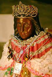 La statue de Sara, Patronne des Gitans, se trouve dans l'Eglise des Saintes Maries de la Mer, à droite au fond de la crypte, revêtue de robes multicolores et de bijoux.