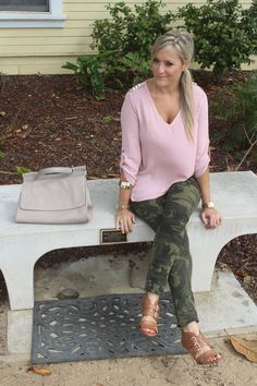 I loooovvvveeeee this I would have never thought to pair the camo pants with pale pink Camo Skinny Jeans, Camo Pants, Pink Pants, Camo Joggers, Camo Fashion, Fashion Pants, Fasion, Looks Style, Mom Style