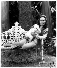 La maravillosa Dolores Del Río con una adorada mascota a la edad de 75 años.