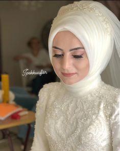 L'image contient peut-être: une ou plusieurs personnes et des gros plan . - Tesettür Makyajı Modelleri 2020 - Tesettür Modelleri ve Modası 2019 ve 2020 Muslimah Wedding Dress, Muslim Wedding Dresses, Indian Wedding Outfits, Muslim Brides, Pakistani Wedding Hairstyles, Makeup Hijab, Strapless Dress Hairstyles, Bridal Hijab, Wedding Hijab