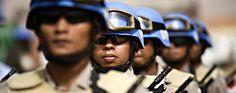 *** JOURNEE INTERNATIONALE DES CASQUES BLEU DE L'ONU *** Le 29 mai a été proclamé  Journée internationale des Casques bleus de l'ONU ***  Des officiers du contingent indonésien de la Mission de l'ONU et de l'Union africaine au Darfour au garde-à-vous pendant une cérémonie marquant, au Soudan, la Journée internationale des Casques bleus.