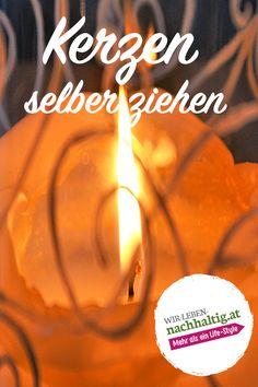 Die Flamme der Kerze erlischt im geschmolzenen Wachs - ein erneutes Anzünden bleibt erfolglos. Was tun mit solchen Kerzenresten? Warum nicht einschmelzen und eigene Kerzen ziehen? Mit etwas Vorbereitung und Vorsicht steht dem do it yourself Kerzenziehen, auch mit Kindern, nichts im Wege. Wir zeigen dir, wie es geht! Candle Jars, Candles, Diy, Candy, Candle Sticks, Candle