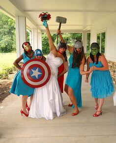 La novia y las damas disfrazadas para la foto. ¡Nos encantó esta idea!