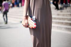"""La casa Front Row Shop ha querido hacer algo similar a la colección """"lips"""" y ha creado """"fingers""""; colección de bolsos en forma de mano con manicura en rojo."""