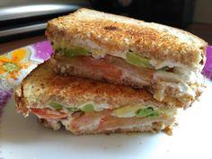 Este sensacional sándwich no solo lleva aguacate, sino que también se compone de queso crema y de tomate.