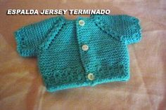 CONOCIENDO ARTESANAS: Como hacer un jersey para un nenuco, paso a paso Knitted Baby Clothes, Baby Cardigan, Knitted Dolls, Ag Dolls, Baby Sweaters, Barbie Clothes, Doll Patterns, Baby Knitting, American Girl