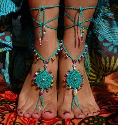 SANDALI a piedi nudi mandala tribale piede gioielli di ALLiNEEDLE Brown Leather Sandals, Brown Sandals, Crochet Shoes, Bead Crochet, Crochet Barefoot Sandals, Knitted Slippers, Gypsy Jewelry, Bare Foot Sandals, Ankle Bracelets