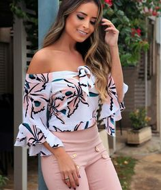 Floral blouse and beige pants Cute Fashion, Teen Fashion, Womens Fashion, Blouse Styles, Blouse Designs, Trendy Outfits, Cute Outfits, Casual Looks, Blouses For Women