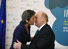 """Foto feita em ângulo """"indiscreto"""", registra Michael Noonan, cumprimenta ndo a ministra dinamarquesa Margrethe Vestager - http://revistaepoca.globo.com//Sociedade/fotos/2013/04/fotos-do-dia-12-de-abril-de-2012.html (Foto: EFE/Aidan Crawley)"""