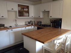 Howdens Burford White. Small kitchen Kitchen Units, Open Plan Kitchen, New Kitchen, Kitchen Cabinets, Kitchen Ideas, Howdens Kitchens, Kitchen Dinning Room, Neutral Kitchen, Southern Kitchens