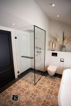 Deze mooie stijlvolle badkamer heeft op de vloer prachtige Portugese tegels. Langs de rand is de vloer omkaderd met een antraciet matte Portugese vloertegel wat zorgt voor een geheel eigen karakter. #badkamer #portugesetegels #stijlvol #zwartespiegel #vrijstaandbad #maatwerk #modernebadkamers #eerstkamerbadkamers New Orleans Apartment, Home Look, Bathroom Inspiration, Home Projects, Toilet, Bathtub, Interior Design, Luxury, Mirror