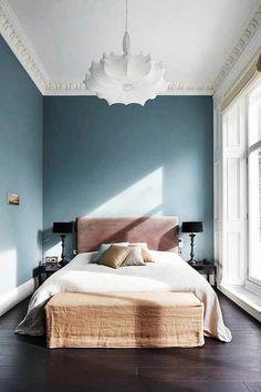 Belle correspondance entre bleu, blanc et terre dans la chambre