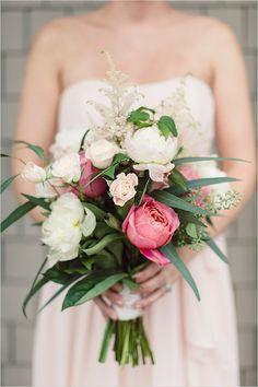 pink and white bridesmaid bouquet @weddingchicks