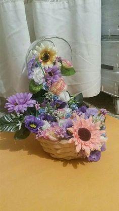 Centrotavola con coppetta sospesa e cascata di fiori che finisce in cestino!!